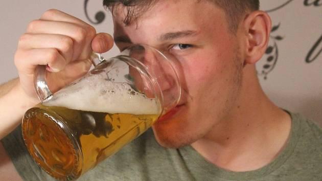 Češi mají pivo rádi, cestování po pivovarech by je mohlo i letos bavit.