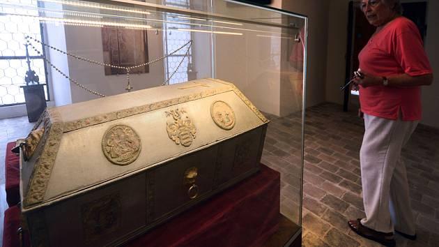 Na prohlídkové trase polenského církevního muzea návštěvníci uvidí památné obrazy, plastiky, hudební nástroje, ale i dobově vybavený byt zvoníka. Marie Fišerová, jedna z průvodkyň, u cínové rakve nalezené při rekonstrukci chrámu.