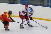 Hokejisté Telče (v bílém) získali jen bod. Na ledě Zastávky pohráli po samostatných nájezdech.