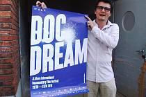 Ředitel festivalu Marek Hovorka představuje plakát s letošním tématem.