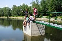 Rybník Korečník natéká teprve od pondělí a stoupající hladina je lákadlem pro mládež z okolí.