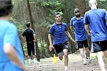 Fotbalisté Jihlavy nabírají fyzickou kondici v areálu hotelu Ski u Nového Města na Moravě. Trenér Luboš Urban naordinoval svým svěřencům také běhání v lese. Na snímku dobíhá do stanoviště mladíček Robin Demeter.