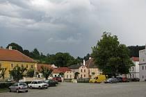 Brtnické náměstí slouží převážně jako parkovací plocha. Plácek by se mohl dočkat dopravních změn i optického rozčlenění pomocí mobilní zeleně.