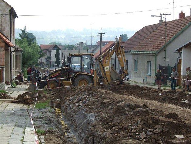 Od května by se mělo začít kopat v třešťské Nádražní ulici, která projde kompletní rekonstrukcí stejně jako nedávno Čenkovská ulice (na snímku). Celá stavba by měla být ukončena začátkem října.