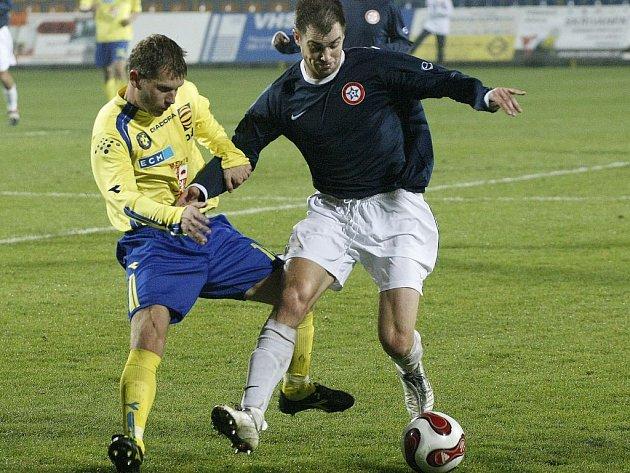 Fotbalisté Jihlavy (ve žlutém Michal Veselý) se představí na umělé trávě v Humpolci, kde je čeká místní FK.