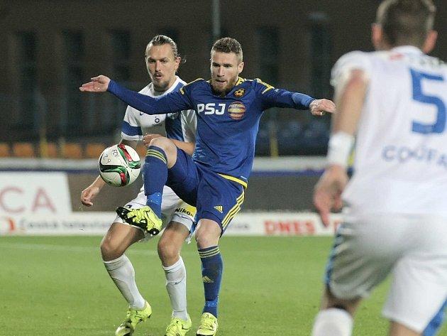 Závěr podzimu zastihl jihlavského útočníka Murise Mešanoviče (v modrém) ve vynikající formě. Svými góly drží Vysočinu stále nad sestupovou hladinou.