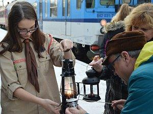 Symbol Vánoc. O rozvoz Betlémského světla se každoročně starají skauti za pomoci dobrovolníků. Stejně tomu bylo i na jihlavském vlakovém nádraží. Tam skauti se světlem dorazili po deváté hodině ráno vlakem mířícím z Brna do Plzně.