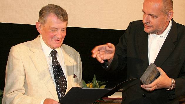 Režisér Vojtěch Jasný (vlevo) převzal od ministra kultury Václava Jehličky medaili Artis Bohemiae Amicis za šíření dobrého jména české kultury.