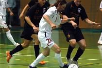 Havlíčkobrodský futsalista Roman Mareš (v bílém) posílil Chrudim až na play off. V tom doslova řádí, v posledním zápase proti Jistebníku byl u všech čtyřech gólů.