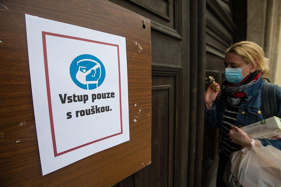 Opětovné zavedení povinného nošení roušek v budově Magistrátu města Jihlavy.
