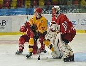 Cenné body urvali na svém ledě hokejoví junioři Dukly (ve žlutém) proti Třinci. Rozhodující byla pasáž mezi 48. a 50. minutou, kdy domácí skórovali dvakrát.