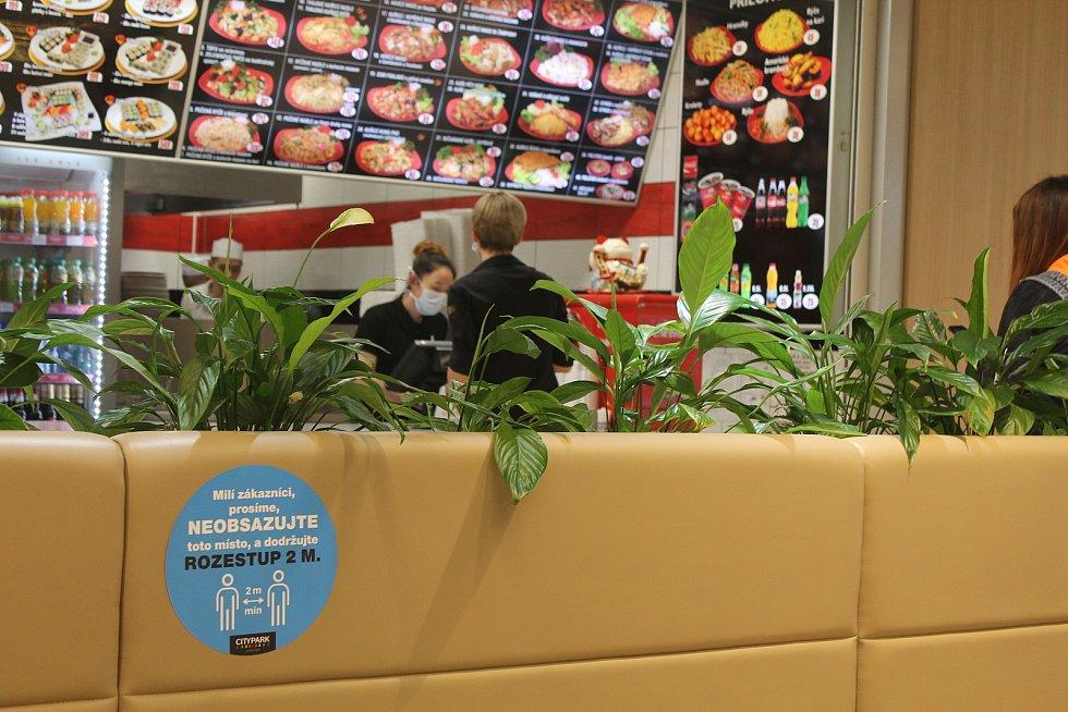 Zájem o obědy byl v pondělí 25. května v jihlavském Cityparku značný, lidé si ale často brali jídlo s sebou.Foto: Deník/Martin Singr