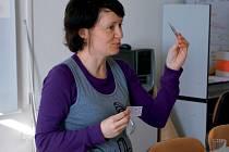 Petra Čermáková v minulých dnech ukázala studentům v Jihlavě, jak čte pohádky dětem.
