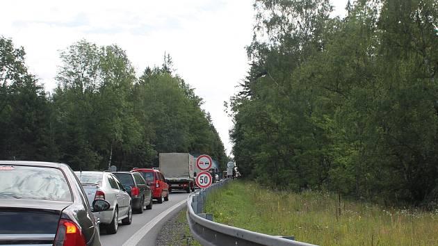 Řidiči se musí od kruhového objezdu Brádlo směrem do Jihlavy a zpět připravit na dopravní omezení. Stavbaři začali s přípravnými pracemi. Foto: Marie Majdičová