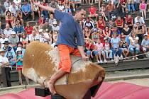 """Koňské závody. Ve westernovém městečku Šiklův mlýn bude den patřit ušlechtilým čtyřnohým zvířatům. Na programu je mimo jiné soutěž v """"jízdě"""" na elektrickém býku o dva tisíce korun."""