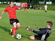 Fotbalisté Stonařova (v červeném) si v neděli bez problémů poradili s rezervou Rantířova. Vyhráli tam 7:2.