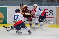 Moc chtějí hrát, ale jestli hokejisté Horácké Slavie (v bílém) a Dukly v sobotu vyjedou na led, se stále neví.