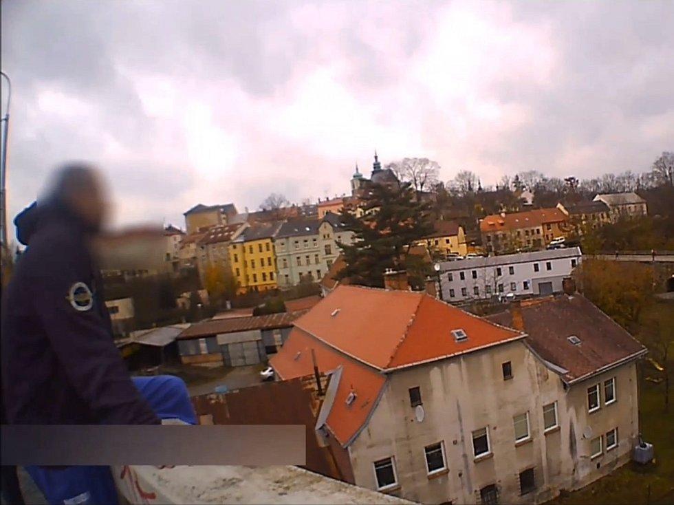 V pátek přijali policisté oznámení před třetí hodinou odpoledne. Podle něj měl na mostě v ulici Brněnská sedět muž s nohou přehozenou přes okraj.