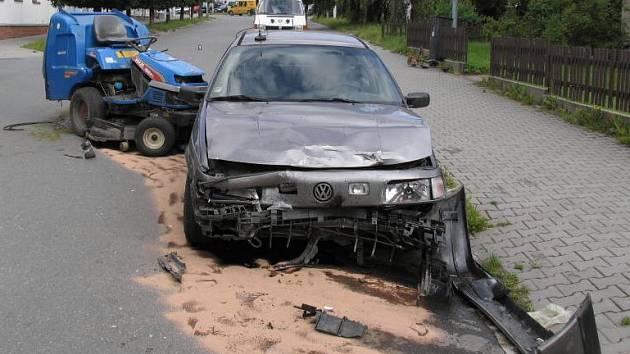 Kuriózní nehoda ve Žďáře nad Sázavou při které se střetlo auto s malou pojízdnou sekačkou.