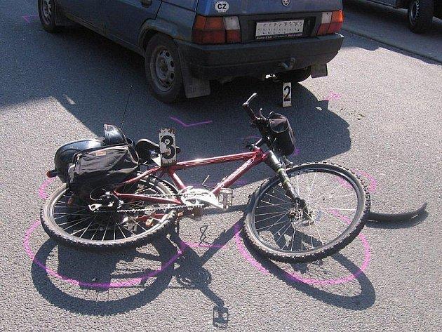 K dopravním nehodám cyklistů dochází v poslední době častěji než dřív. Dívka, která zahynula letos v dubnu u Vystrčenovic, neměla na hlavě ochrannou přilbu. Je možné, že v opačném případě by tragickou srážku přežila?  Ilustrační foto.