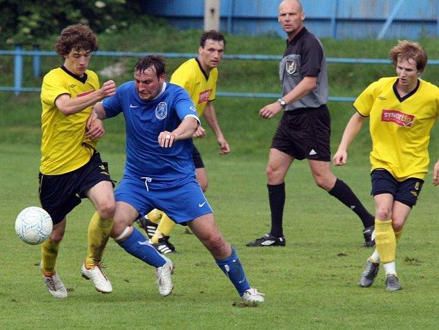 Zatímco fotbalisté Vrchoviny (ve žlutých dresech) slaví záchranu, Žirovnici zřejmě sestup nemine.