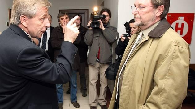 Otec obžalovaného Petra Zelenky Bohumil Zelenka (vlevo) v pondělí na chodbě soudu slovně napadl jednoho ze svědků Slavomila Hubálka.