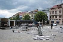 Dolní tribunu na Masarykově náměstí v neděli dopoledne rozebrali technici. Na horní tribuně probíhá až do 17.hodiny program.