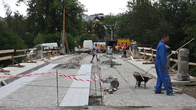 Rekonstrukce mostu U Jánů jde do finále. Pracovníci se snaží, aby bylo příští středu hotovo.
