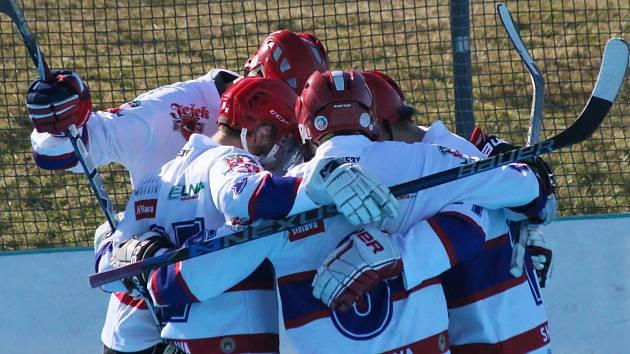 Záložní tým hokejbalistů SK Jihlava ovládl po základní části Ronhill ligu, a teď čeká, s kým se střetne ve čtvrtfinále.