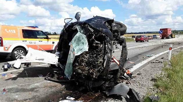 Z vozidla museli hasiči za použití hydraulického nářadí vyprostit zaklíněnou zraněnou osobu.