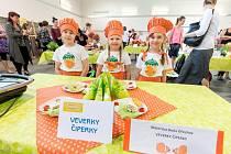 Takto vypadá tříčlenný tým Veverky Čiperky z Mateřské školy Ořechov. V sobotu se jim podařilo ovládnout finále dětské kuchařské soutěže Coolinaření. Děti z Telčska vyhrály kategorii Mateřské školy. Ve čtyřech věkových kategoriích soutěžilo 20 týmů z 9 čes