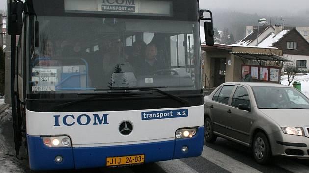 Zastupitelé Kostelce odsouhlasili omezení některých autobusových linek. Nechtějí jejich provoz platit kvůli ztrátovosti. Cestující si musí zvyknout, že v Kostelci nenastoupí, ani nevystoupí.