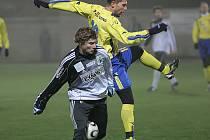 Jihlavský univerzál Michal Veselý (ve žlutém) začne jarní část sezony zřejmě na pravém kraji obrany, kde už nastupoval ke konci podzimu.