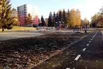Blato. Při výstavbě nového úseku cyklostezky na Skalce (na snímku) stroje rozbahnily park u dětského hřiště. Lokalita by měla být upravena a zatravněna po zimě. Skalku také čeká výsadba nových stromů.