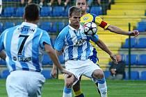 Pavel Simr (u míče) si v sobotu odbyl premiéru v dresu Sezimova Ústí na hřišti Zlína. Nováček soutěže podlehl domácí Tescomě 2:0.