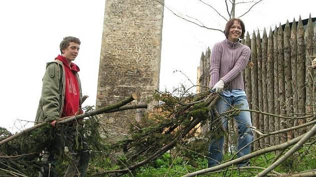 Dobrovolníci ročně zdarma odpracují na úklidu a obnově památek stovky hodin. Stejně tomu bylo například při jednom z jarních úklidů na hradu Orlík u Humpolce.