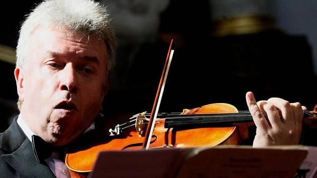 Známý český houslový virtuos a popularizátor houslové hry Jaroslav Svěcený vystoupí ke konci letních prázdnin – v neděli 29.srpna – ve Velkém Meziříčí. Na kytaru jej doprovodí Miloslav Klaus.