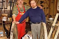 Karel Klouda (na snímku vlevo) a David Kočka ze Společnosti přátel dělostřelby se včera pochlubili novou zbraní. Dělo je těsně před dokončením.
