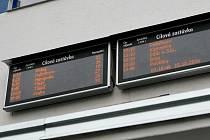 Také bez údaje.Rovněž na venkovních elektronických informačních tabulích cestující například do Berlína, Drážďan či rakouské Vídně nepochodí, údaje o čase odjezdu a stanovišti, z něhož autobus pojede, totiž mezi spoji chybí.