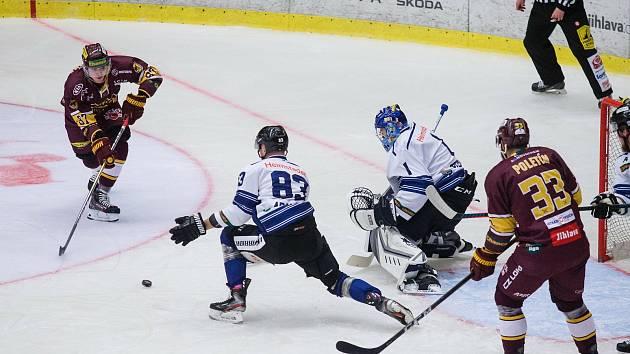Po domácí výhře nad Havířovem si jihlavští hokejisté (v rudém) došli pro tři body v Litoměřicích. Domácí porazili jasně 4:0.