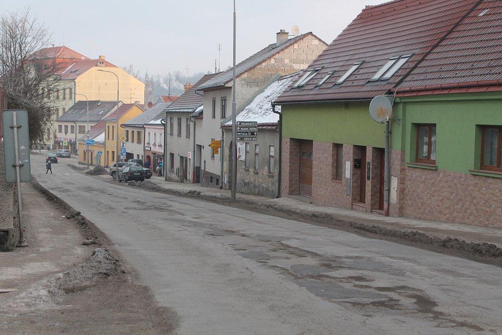 Centrum Třeště je plné výtluků.