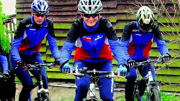 Nejúspěšnější česká rychlobruslařka Martina Sáblíková (uprostřed) se v těchto dnech připravuje v okolí Hlinska. Součástí tréninkového plánu je také jízda na kole.