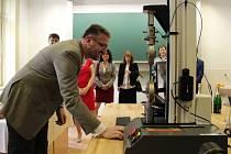 Vedení Vysoké školy polytechnické Jihlava otevřelo Laboratoř experimentálních měření. Funkce jednotlivých přístrojů popsal a vyzkoušel vedoucí laboratoře Zdeněk Horák (na fotografii).