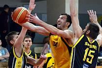 Basketbalisté BC Vysočina (ve žlutém Pavel Číha) jsou milým překvapením I. ligy. Skupině A vládnou, a první místo chtějí udržet i po nedělním utkání se Sokolem Pražským.