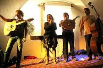 Festival Vánoční prázdniny v Telči zahájí i letos skupina Nezmaři. Při loňském vystoupení v zaplněném justičním sále zdejšího zámku nebylo ani nutno používat aparaturu, a prožitek návštěvníků byl o to větší.