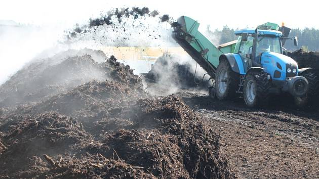 Od letošního března se sváží jednou týdně na skládku v Henčově bioodpad z celé Jihlavy. Proces zpracování bioodpadu na využitelný kompost trvá přes tři měsíce. Většinu práce udělají bakterie, k tomu je jim dopomáháno umožněním přístupu kyslíku.
