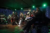 Skupina The Tap Tap pravidelně vystupuje na českých festivalech, ale i v zahraničí. Dnes večer zahraje v jihlavském Divadle otevřených dveří.