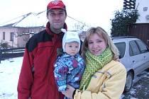Tady je sedmiměsíční Matěj Boček se svými rodiči. Bydlí v Sedlejově na Telčsku.