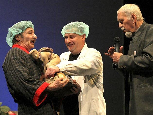 Smolná horákyně. Tuto putovní cenu za milý průšvih minulý rok převzal ředitel Horáckého divadla Josef Fila (vlevo) od předchozího ředitele divadla Miloše Stránského (vpravo).