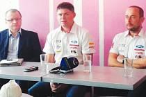 S velkým očekáváním vstupují do nové sezony Martin Prokop (uprostřed) se spolujezdcem Janem Tománkem (vpravo). Optimismem je nabíjí vidina nového továrního vozu.